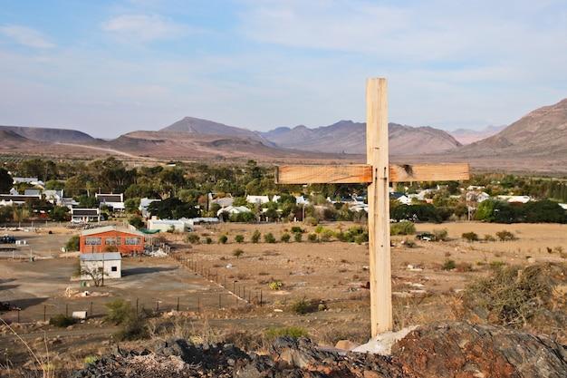 Een houten kruis met uitzicht op de stad prince albert in zuid-afrika Gratis Foto