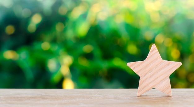 Een houten ster. rating hotel, restaurant, hotel. overzicht. waardering van de criticus. Premium Foto