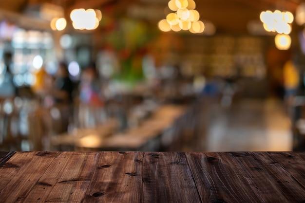 Een houten tafel op een restaurant wazig achtergrond Premium Foto