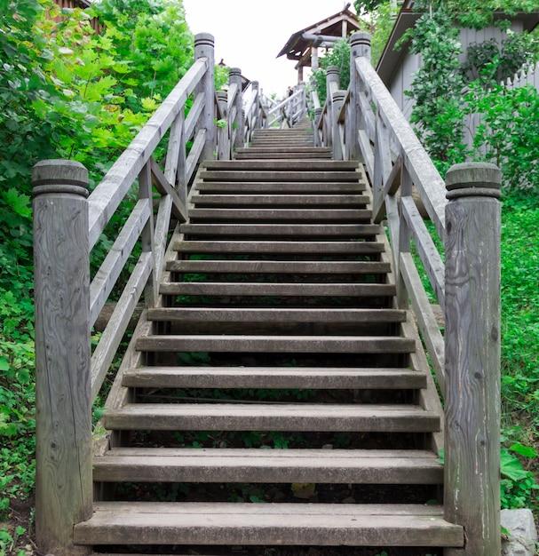 Een houten trap naar boven. Premium Foto