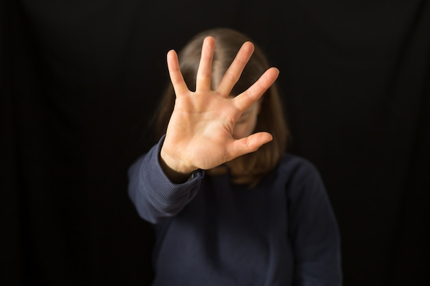 Een huilende vrouw bedekt haar gezicht met haar hand. het huiselijk geweld. Premium Foto