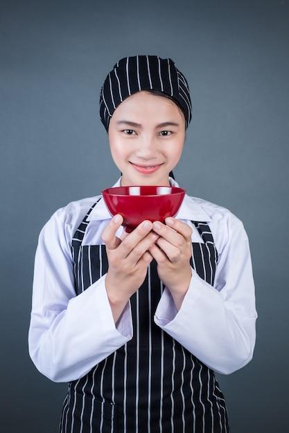 Een huisvrouw die een lege plaat met voedsel houdt Gratis Foto