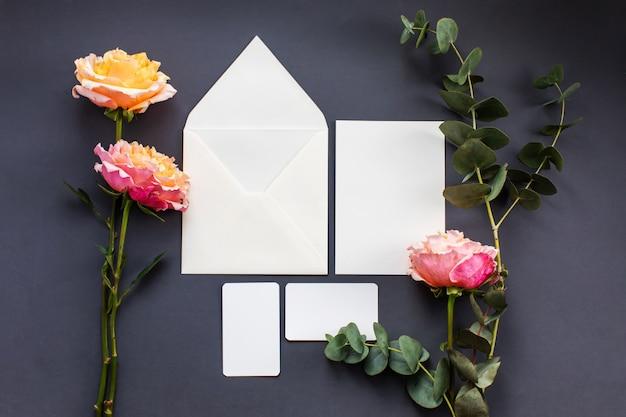 Een huwelijkssamenstelling. huwelijksuitnodiging, envelop. Premium Foto