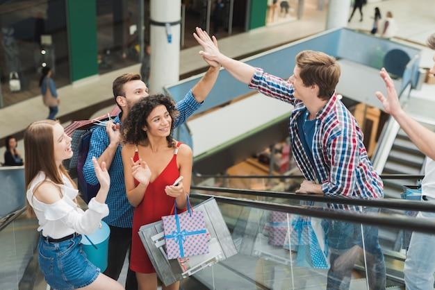 Een jong bedrijf ontmoette elkaar in het winkelcentrum op zwarte vrijdag. Premium Foto