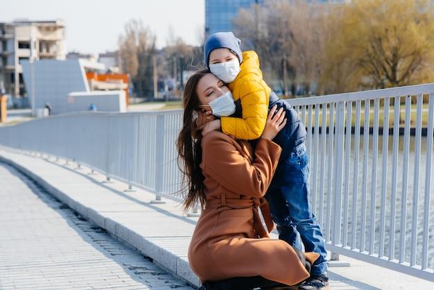 Een jong gezin loopt en ademt frisse lucht op een zonnige dag Premium Foto