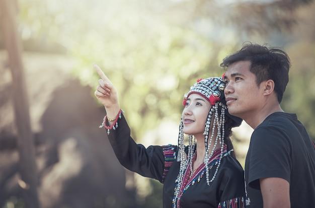 Een jong meisje dat iets toont aan haar vriend Premium Foto