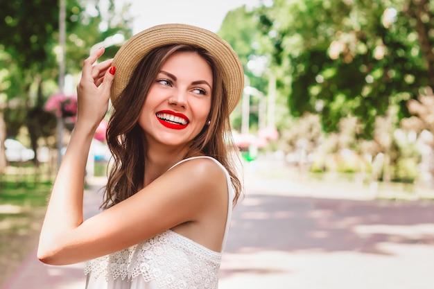 Een jong meisje loopt in het park en glimlacht Premium Foto