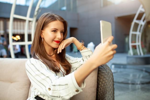 Een jong mooi bruinharig meisje Premium Foto