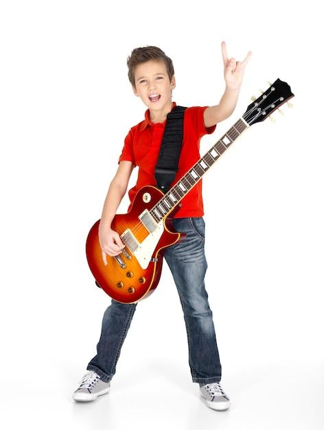 Een jonge blanke jongen zingt en speelt op de elektrische gitaar met heldere emoties, isolatade op wit Gratis Foto