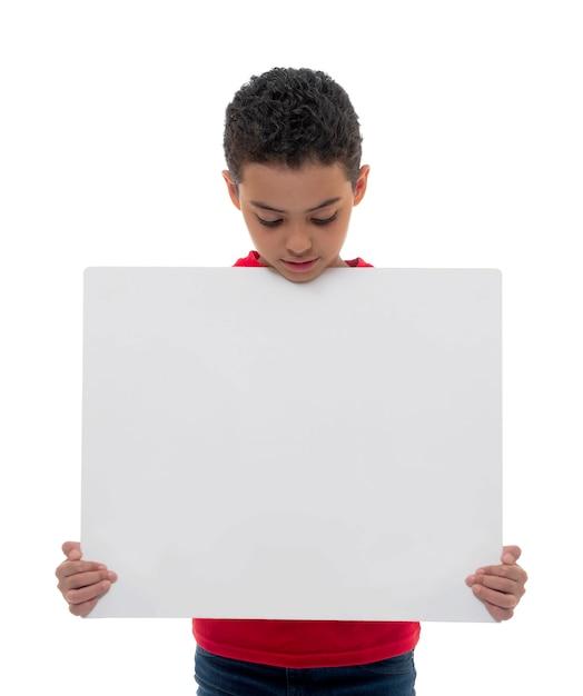 Een jonge jongen met wit bord met kopie ruimte Premium Foto