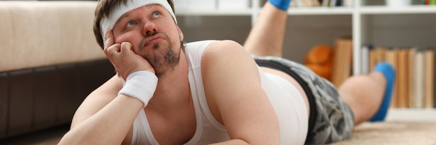 Een jonge man die thuis bezig is met fitness Premium Foto