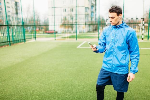 Een jonge man sport, rent op het voetbalveld. de man werkt in de open lucht. Premium Foto