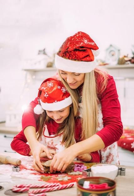 Een jonge moeder en haar tienerdochter staan in de keuken Premium Foto