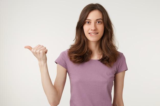 Een jonge vrouw flirt met een speelse glimlach op haar onderlip Gratis Foto