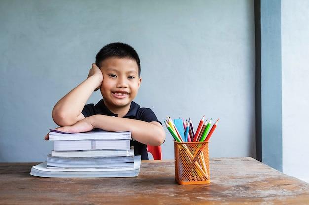 Een jongen die zit en studeert Premium Foto