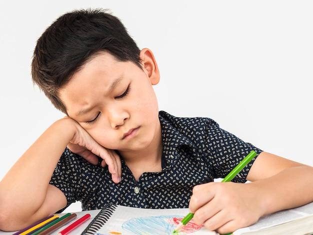Een jongen is ongelukkig huiswerk maken Gratis Foto