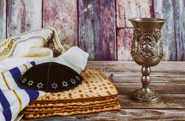 Een joodse matzah brood en wijn met kipah en tallit pascha vakantie concept Premium Foto