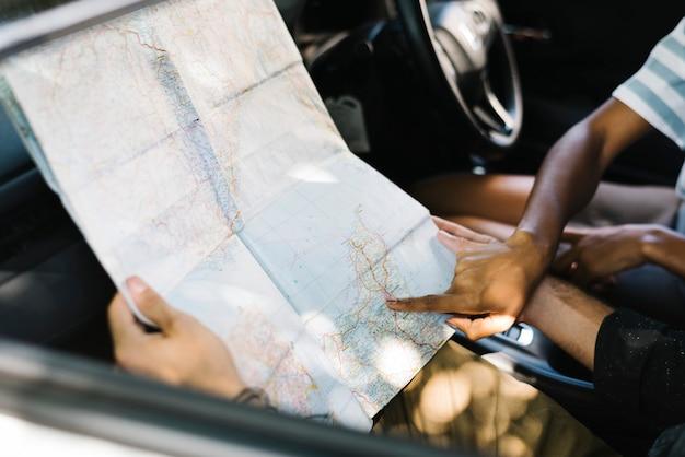 Een kaart in een auto gebruiken voor een richting Premium Foto