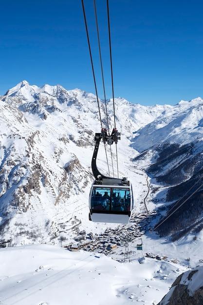 Een kabelbaan met kabelbanen in een berggebied, frankrijk. Gratis Foto