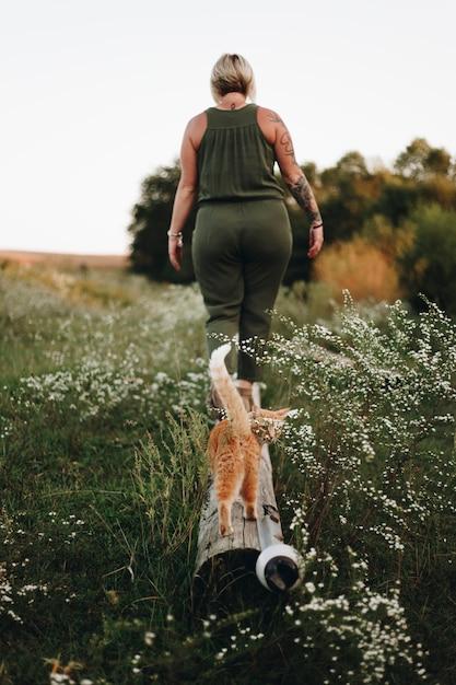 Een kat die zijn eigenaar in een boerderij volgt Gratis Foto