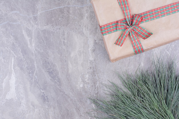 Een kerst geschenkdoos omwikkeld met lint Gratis Foto