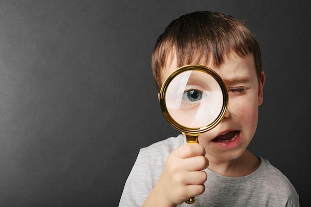 Een kind ziet door vergrootglas Premium Foto