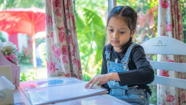 Een klein meisje met een saai gezicht Premium Foto
