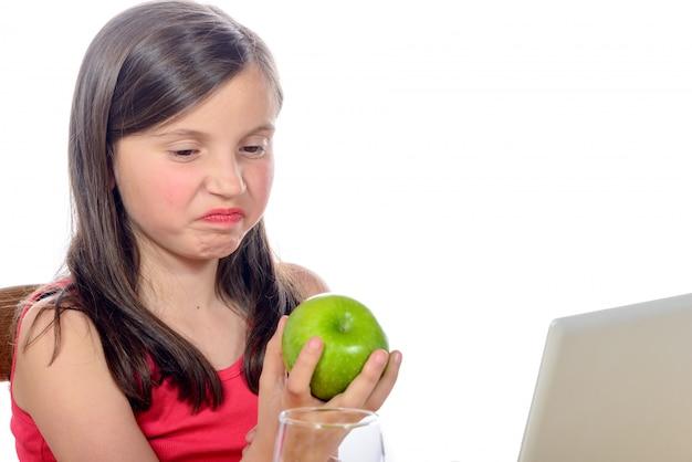 Een klein meisje wil geen appels Premium Foto