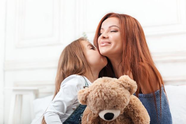 Een klein schattig meisje dat geniet, speelt en creëert met speelgoed met moeder Gratis Foto