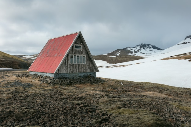 Een kleine hut in een veld Gratis Foto