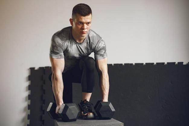 Een knappe man is bezig met een sportschool Gratis Foto