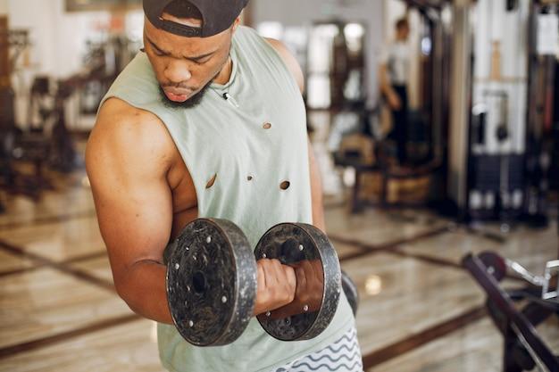 Een knappe zwarte man houdt zich bezig met een sportschool Gratis Foto
