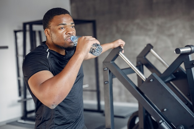 Een knappe zwarte man is bezig met een sportschool Gratis Foto