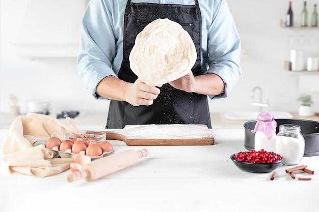 Een kok met eieren op een rustieke keuken Gratis Foto