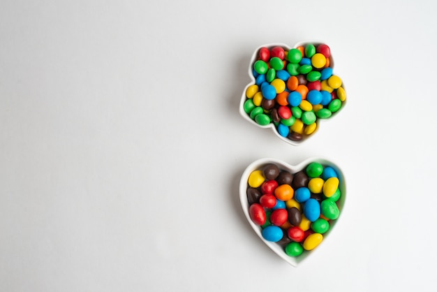 Een kom veelkleurig chocoladesuikergoed Premium Foto
