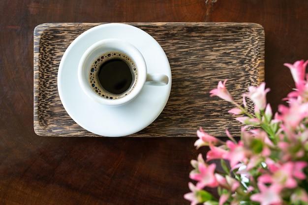 Een kopje faeces musk espresso op houten tafel Premium Foto