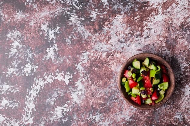 Een kopje gehakte groentesalade Gratis Foto