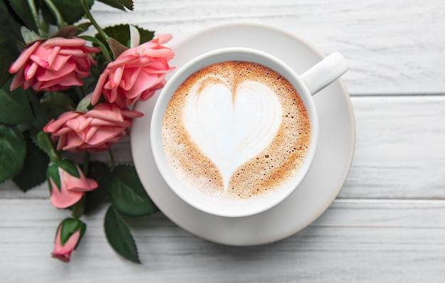 Een kopje koffie met hartpatroon Premium Foto