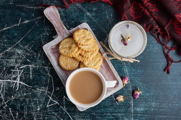 Een kopje koffie met koekjes in een dienblad, bovenaanzicht. Gratis Foto