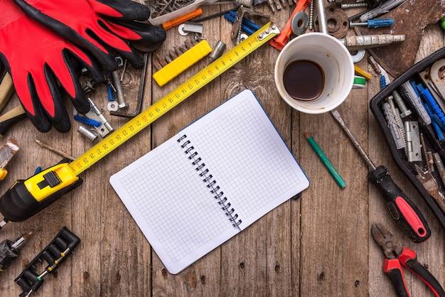 Een kopje koffie op het bureaublad met stoffig gereedschap. Premium Foto