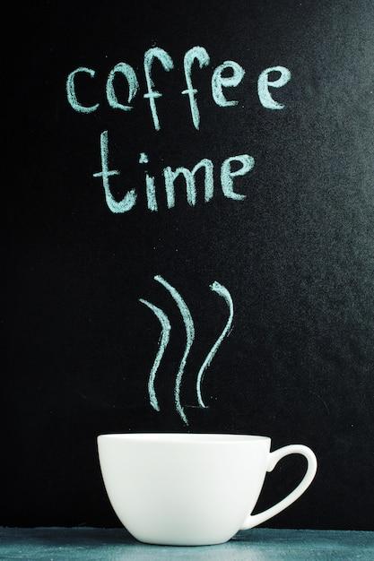 Een kopje met een inscriptie van koffietijd, een pastelblauwe kleur. Premium Foto