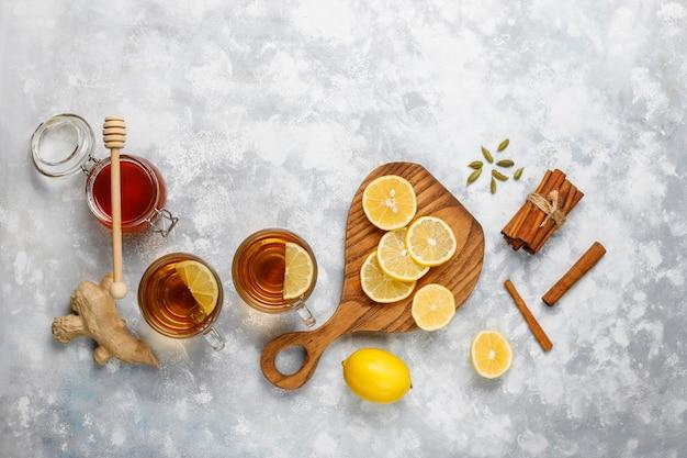 Een kopje thee, bruine suiker, honing en citroen op beton. bovenaanzicht, kopie ruimte Gratis Foto