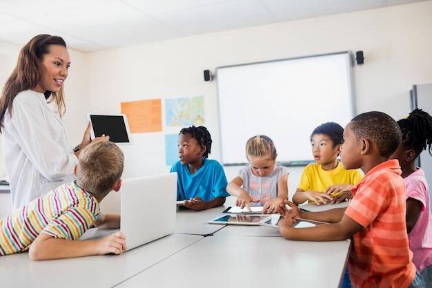 Een leraar die les geeft met nieuwe technologie Premium Foto