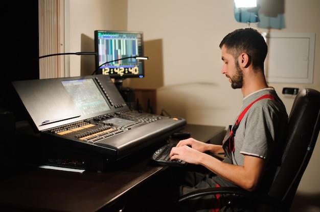 Een lichtingenieur werkt met lichttechnici controle op de concertshow. professionele lichte mixer, mengpaneel. uitrusting voor concerten. Premium Foto