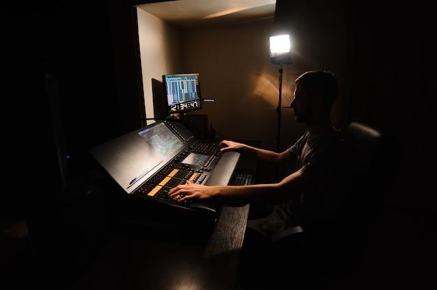 Een lichttechnicus werkt met lichttechnici Premium Foto
