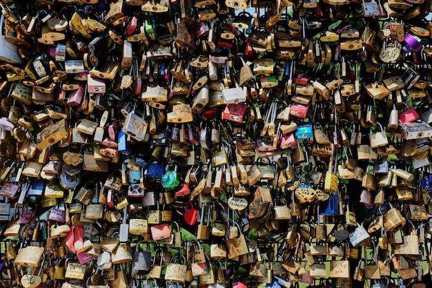 Een liefdeslot op een brug in het vooraanzicht van parijs Premium Foto