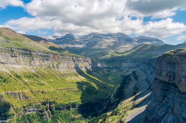 Een luchtfoto van het natuurpark ordesa, huesca Premium Foto