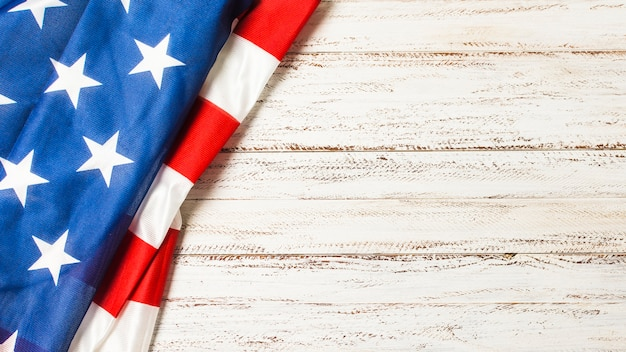 Een luchtmening van amerikaanse vlag voor herdenkingsdag op wit bureau Gratis Foto