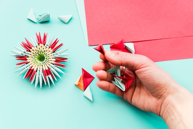 Een luchtmening van vrouw die document bloemorigami voorbereiden Gratis Foto