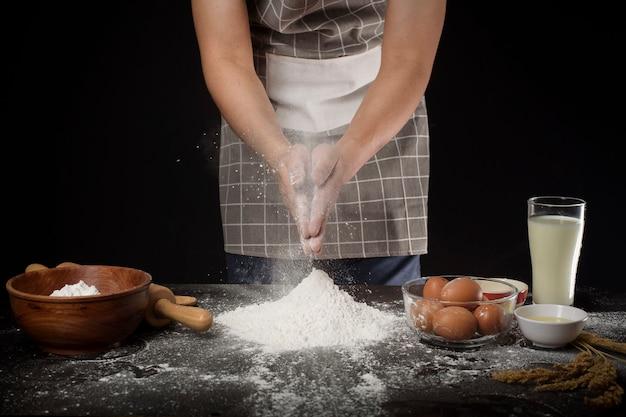 Een man bakt zelfgemaakte bakkerij Premium Foto
